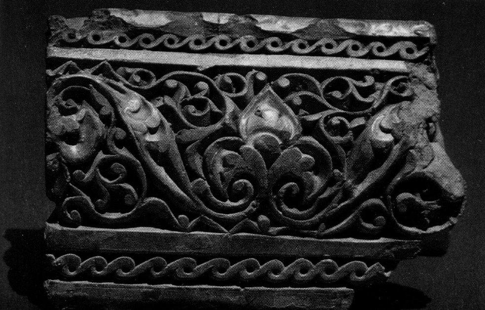 Облицовочная плитка из резной терракоты, покрытая частично голубой глазурью. Самарканд. XIII - XIV вв.